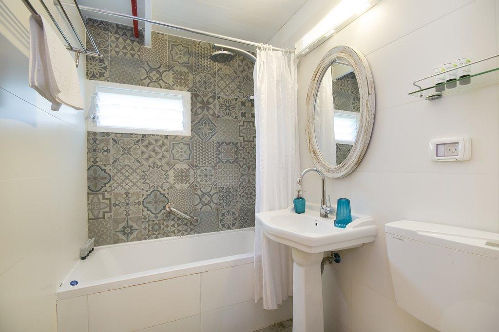 חדר אמבטיה בבקתת חורש