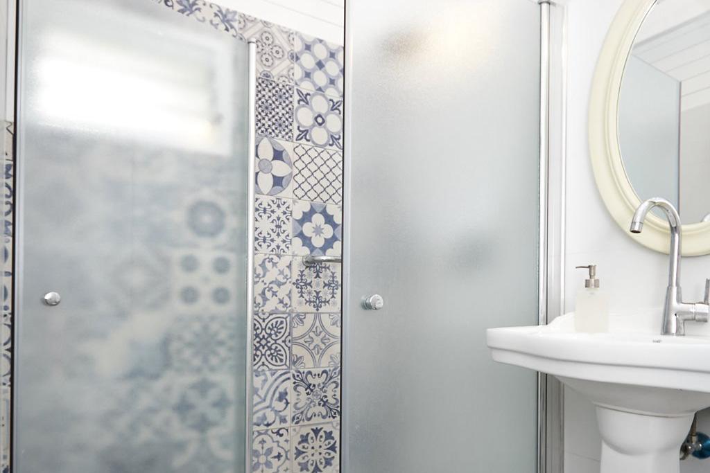 מקלחת בבקתה